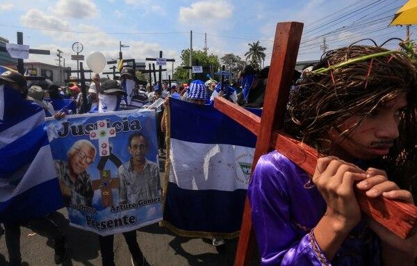 Un grupo de manifestantes aprovechó la procesión del pasado Viernes Santo en Managua, Nicaragua, para exigir al Gobierno la liberación de presos políticos. (AP Photo/Alfredo Zuniga)