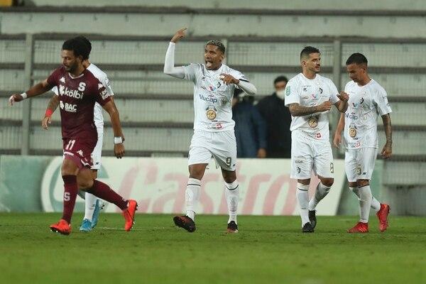 Marcel Hernández (centro) venía de marcarle tres tantos a Saprissa en su último juego y este miércoles le convirtió dos más en la Cueva. Fotografía: José Cordero.