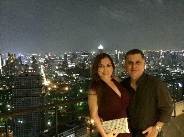 César Badilla Chang con su esposa Lizbeth Campos en Bangkok, Tailandia.