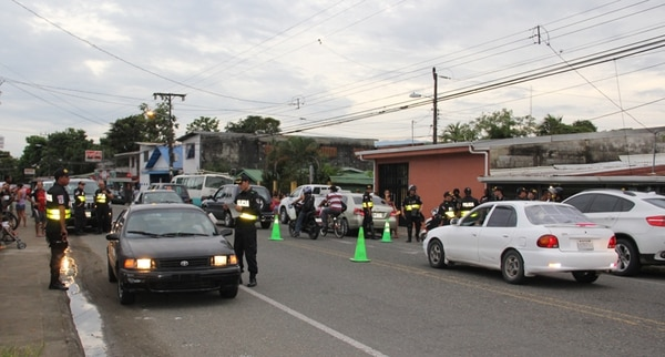 La Fuerza Pública inició el viernes un operativo en diversos puntos de la ciudad de Limón con el objetivo de localizar armas y detener personas requeridos por los tribunales. En Cieneguita pusieron un retén. | RAÚL CASCANTE