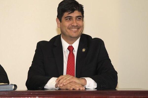 El ministro de Trabajo, Carlos Alvarado, afirmó que los magistrados de la Sala Constitucional no solo deben tomar en cuenta criterios jurídicos para fallar los recursos de amparo presentados contra los recortes a las pensiones de lujo, sino, también, los de carácter económico, por la situación financiera que atraviesa el país.