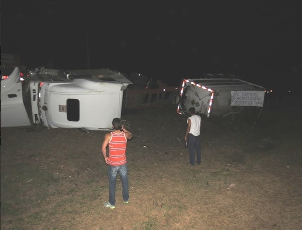 Camión quedó a un lado de la vía.