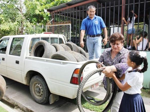 El viernes la ministra de Salud estuvo en la recolección de llantas, en Guanacaste. | CORTESíA MINISTERIO DE SALUD