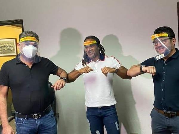 Aquil Alí, vicepresidente de la Fuerza Herediana y el técnico Jafet Soto, flanquean a Jonathan McDonald, momentos después de ficharlo como parte de la planilla rojiamarilla. Foto Cortesía