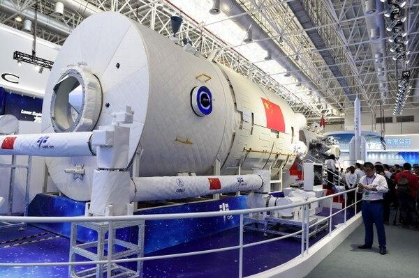 Un modelo parcial de la estación espacial china se puede ver en el Airshow China 2018 en Zhuhai, provincia de Guangdong, sur de China. (Photo by WANG ZHAO / AFP)