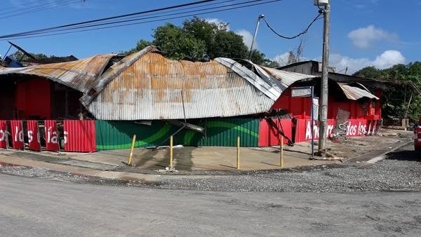 El supermercado de Ciudad Cortés resultó afectado por Nate y un incendio posterior a la inundación.