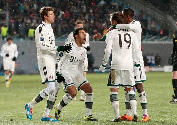Thomas Mueller , Thiago Alcantarah y David Alaba celebran con Mario Goetze (19) el segundo gol del Bayern Múnich alemán, ayer en Moscú. Los germanos ganaron 1-3 al CSKA. | AP