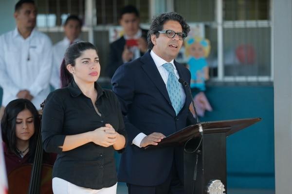 El ministro de Educación, Edgar Mora, inauguró este miércoles el curso lectivo en un centro educativo cartaginés. Al lado, Estefanía Carvajal, traductora al lesco. Foto Jeffrey Zamora
