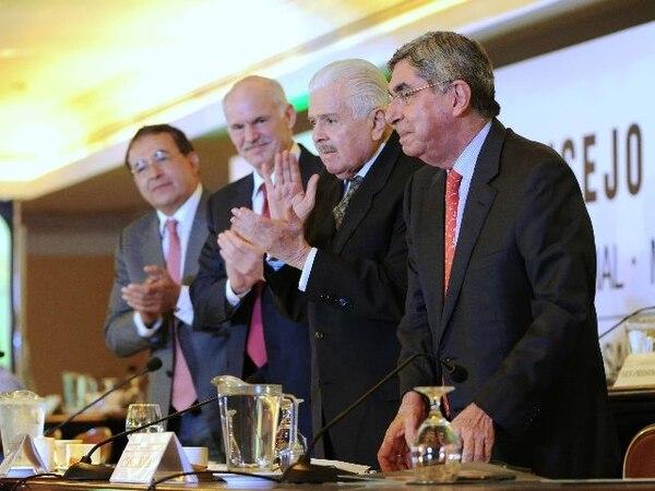Luis Ayala, secretario general de la IS; Yorgos Papandréu, exprimer ministro griego, y Bernal Jiménez, presidente del PLN, aplaudieron ayer a Óscar Arias, tras su alocución en la Internacional Socialista. | EYLEEN VARGAS.