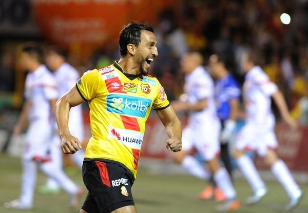 El volante florense Rándall Azofeifa festeja su anotación de tiro libre durante el juego de la semifinal de ida ante Belén FC. | GRACIELA SOLÍS