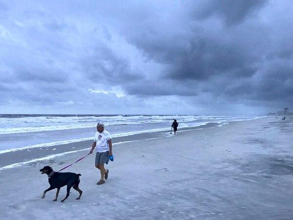 Este sábado, algunos habitantes de Florida, como Jim Elledge, seguían con su rutina normal. Foto tomada en la playa Neptuno.