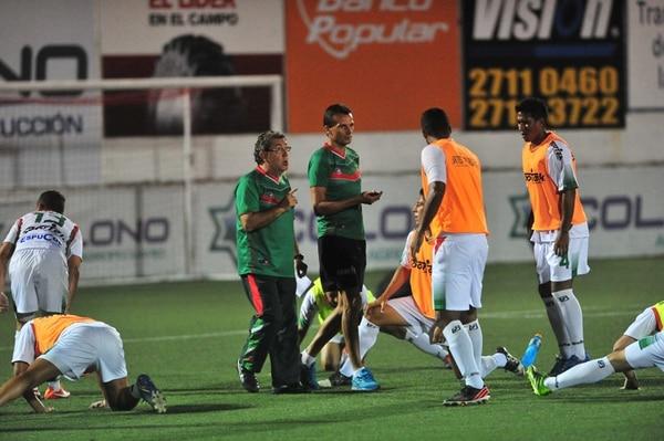 El técnico de Carmelita, Guilherme Farinha, y su asistente Josef Miso dieron indicaciones a sus pupilos antes de postergar el juego. | JOSÉ RIVERA