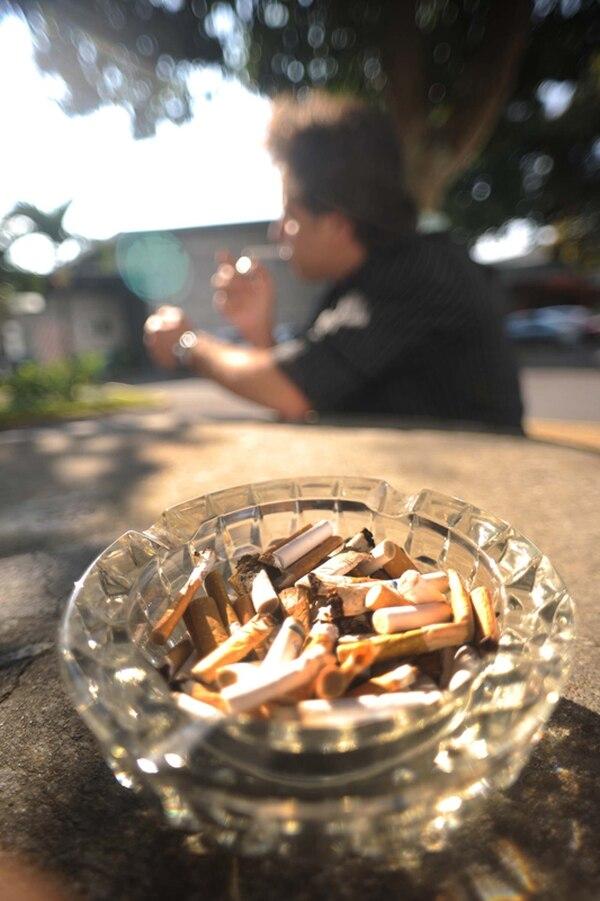 El 14% de los adultos ticos son fumadores. | ARCHIVO