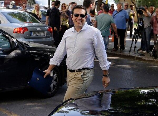 Tsipras llegó ayer a la sede del partido Syriza en Atenas.   AP
