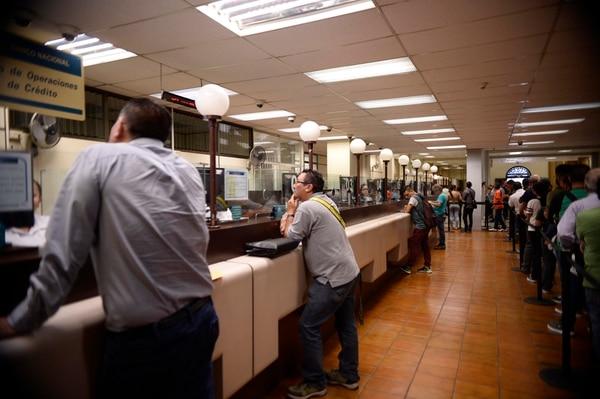 Esta semana los bancos compraron más dólares al público de los que les vendieron. Cajas en el Banco Nacional. Fotos de Diana Méndez