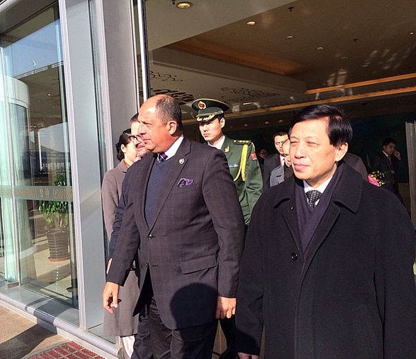 El presidente Luis Guillermo Solís visitó China en enero, en uno de los viajes más largos que ha hecho hasta ahora. Durante esa gira también intentó concretar proyectos de cooperación bilateral. | LN