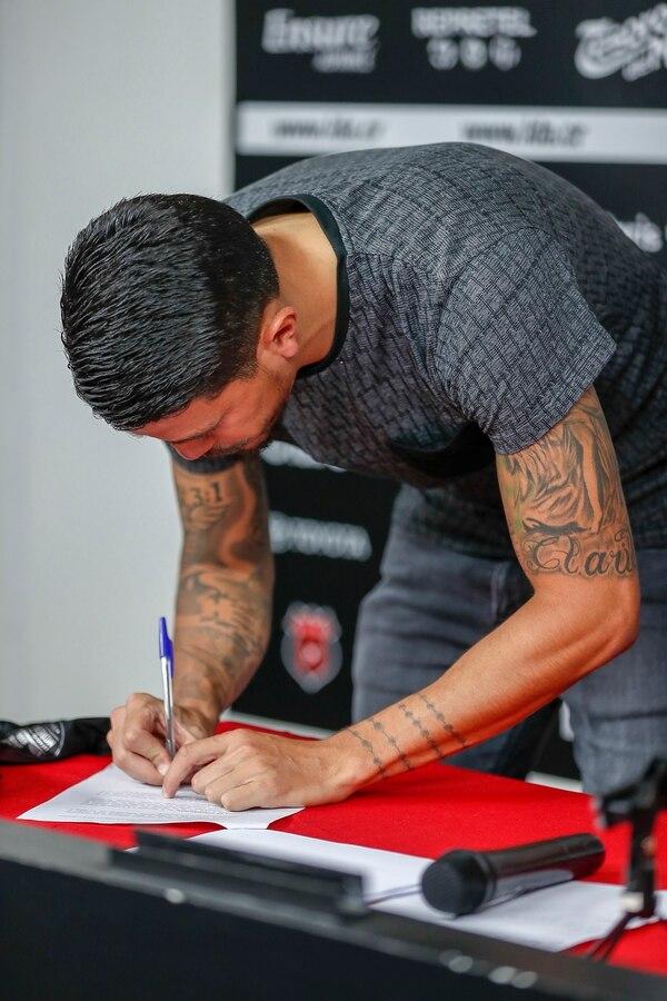 José Salvatierra al momento de firmar su contrato de renovación con Alajuelense. Foto: José Cordero