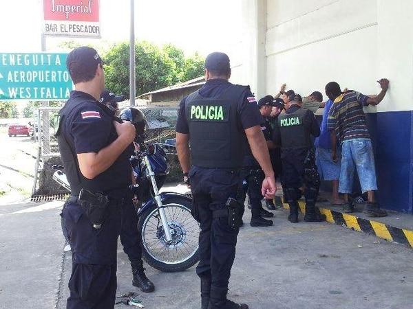 Los 260 policías del grupo élite del Ministerio Seguridad Pública reforzarán la labor de los 700 oficiales que están en Limón. En lo que va de este año, se han decomisado 309 armas.   JESSICA SALAZAR.