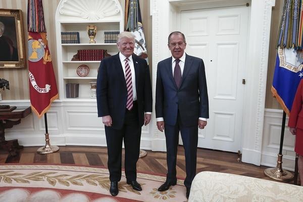 El presidente Donald J. Trump (izq.) posa junto al ministro de Relaciones Exteriores de Rusia, Sergei Lavrov, este miércoles 10 de mayo en la Casa Blanca.