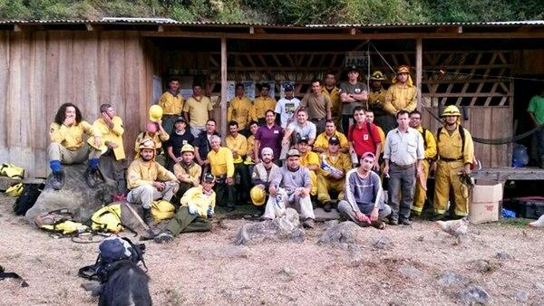 El equipo de bomberos forestales ingresó a la montaña, en Sitio Hilda de Chirripó, el jueves anterior, en horas de la noche, cuando el siniestro llevaba un día de haber comenzado. | BERNAL VALDERRAMOS PARA LN