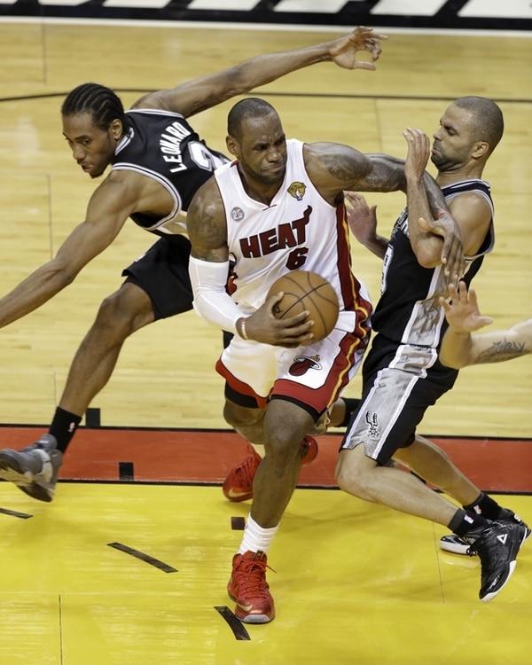 LeBron James, quien se libra de la marca de Kawhi Leonard y Tony Parker, fue la gran figura en la victoria del Miami Heat sobre los Spurs. | AP