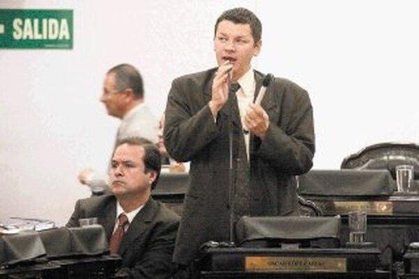 Hugo Navas (izquierda) presentó ante el TSE un recurso de apelación contra la Asamblea que convocó Óscar López, pues alega fallas. | ARCHIVO