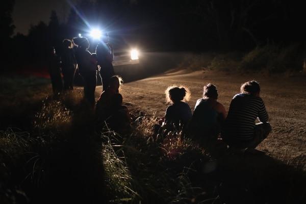 Agentes de la Patrulla Fronteriza acababan de interceptar a un grupo de emigrantes centroamericanos, cerca del límite con México, en McAllen, Texas, el 12 de junio del 2018.
