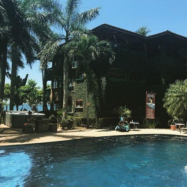 El área de la piscina es bastante amplia.