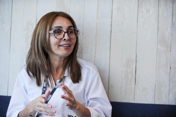 Carla Barrantes logró conseguir empleo luego de dejar currículos en lugares donde le cerraron las puertas por tener más de 45 años. Foto: Jorge Navarro/ La Nación