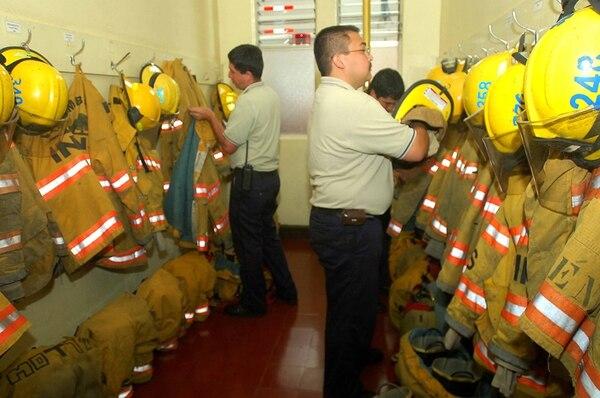 Edwin Porras (primer plano) es bombero voluntario en la estación de barrio Luján, San José. La foto fue tomada en el 2007. | ARCHIVO