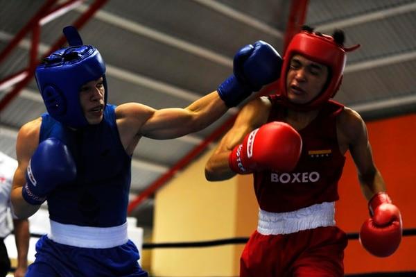 Kendall Brenes de Desamparados (azul) consiguió la medalla de plata y Juan Chavez de Bagaces se dejó el preseado oro.