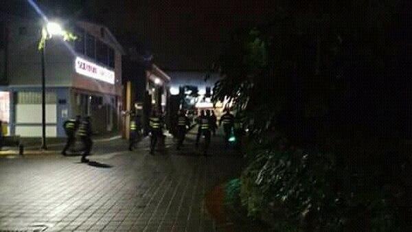 Oficiales de la Fuerza Pública al momento en que perseguían a un grupo de estudiantes dentro del campus. Foto: Cortesía para LN