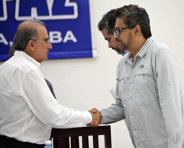 Humberto de la Calle e Iván Márquez, se saludaron ayer.   EFE