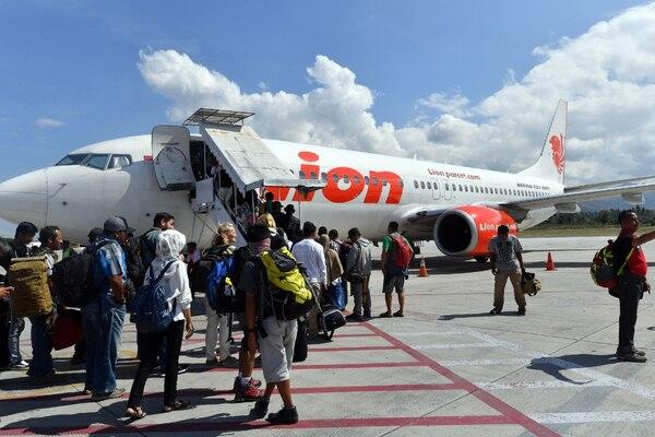 Pasajeros se aprestaban a abordar un Boeing 737 MAX 8 de Lion Air en el aeropuerto de la ciudad de Palu, Indonesia, el 10 de octubre del 2018.