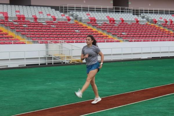 Una atleta realiza ejercicios de calentamientos en el Estadio Nacional. Foto: Fecoa