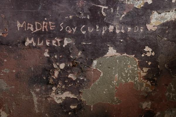 """¿Confesión o grito? En una de las paredes del pabellón N.° 2 se observa este texto: """"Madre soy culpable de muerte"""". Fotografía: Jorge Albán/Museo de Arte Costarricense."""