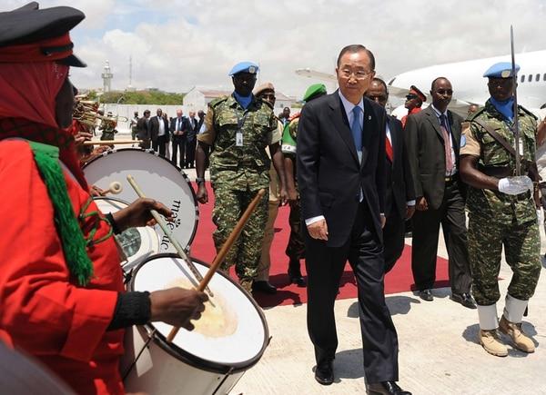El secretario general de Naciones Unidas, Ban Ki-moon, es recibido en el aeropuerto de Mogadiscio, a su llegada ayer a la capital de Somalia, donde alertó sobre la hambruna en ese país. | AFP
