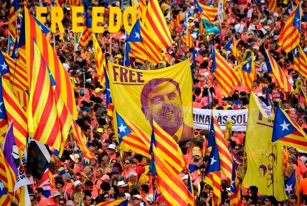 Manifestantes sostienen una pancarta exigiendo libertad para el líder encarcelado catalán Oriol Junqueras, en Barcelona. Foto: AFP