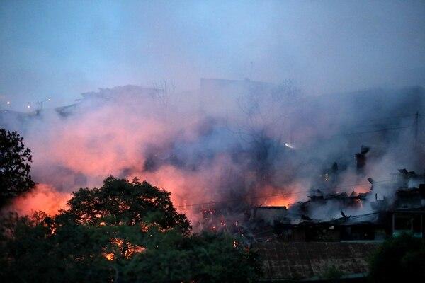 Al final del día, Bomberos ya había identificado el sector donde comenzó el fuego, pero todavía desconocen la causa. Fotografía: John Durán