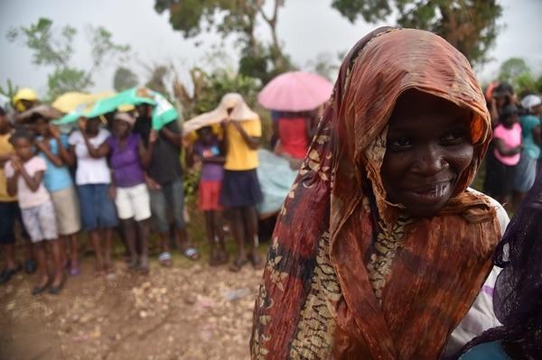 Bajo la lluvia, estos haitianos esperaban el lunes en Les Cayes la entrega de víveres por parte del Programa Mundial de Alimentos de la ONU.