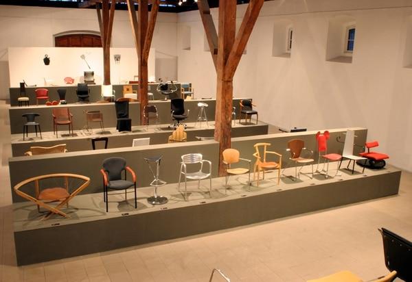 300% Spanish Desing mostró cien sillas, cien lámparas, cien carteles otros objetos creados por artistas españoles. Se incluyeron piezas hechas por Pablo Picasso, Antoni Gaudí, Joan Miró, Salvador Dalí y otros creadores.