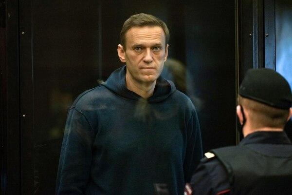 El líder de la oposición rusa Alexéi Navalni dentro de una celda de vidrio durante una audiencia judicial, en Moscú, el 2 de febrero del 2021. Foto: AFP