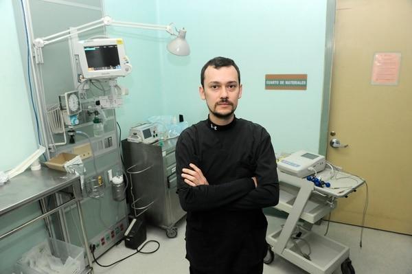 Donald Corella Elizondo es jefe de Emergencias del Hospital Calderón Guardia y ha sido el responsable de coordinar a todo el equipo a cargo de la atención de víctimas de intoxicación con guaro con metanol. Foto: John Durán