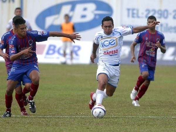 El defensor Erick Cabalceta (hoy en el Catania de Italia) tiene 19 años y militó en Costa Rica la temporada anterior con el equipo de Orión FC.   ARCHIVO