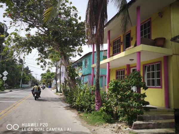 El colorido típico de las edificaciones del Caribe está por todas partes. Y las miles de motos conducidas por choferes sin cascos, también. Fotografía: Luis Diego Marín Serrano/Para LA NACIÓN.