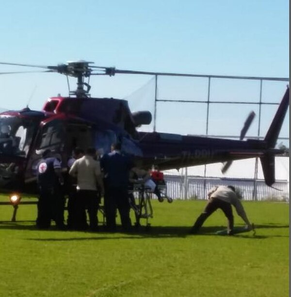 Un helicóptero de la empresa Air Evac recogió a la menor en la plaza de Fraijanes de Alajuela para trasladarla al Hospital México. Foto cortesía de Ricardo Hernández