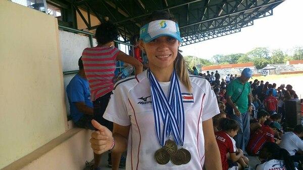 Andrea Vargas muestra algunas de las medallas que logró en el Campeonato Centroamericano Juvenil de Atletismo, realizado a principios de este mes en Morelia, México. | FOTO TOMADA DE LA PÁGINA DE FACEBOOK DE ANDREA VARGAS