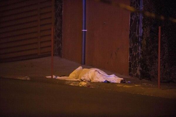 El supuesto asaltante caminó herido unos metros y luego se desplomó en una acera. Fabián Hernández