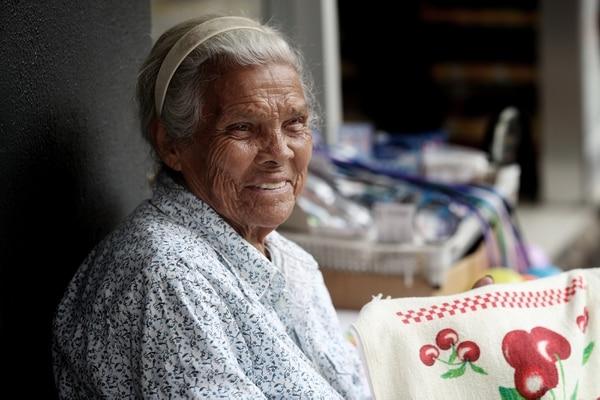 Cecilia Loría, vecina de Tibás, tiene 89 años, de los cuales 54 los ha dedicado a vender cosas en San José centro.