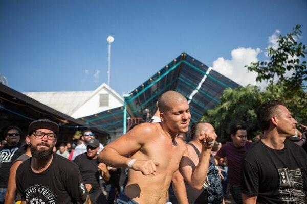 Yojansel Barboza fue uno de los que se quitó la camisa, víctima del calor del sol y del mosh. Fotografía: Carla Orozco Odio